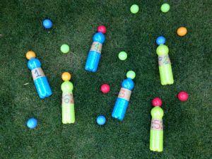 birilli con bottiglie di plastica
