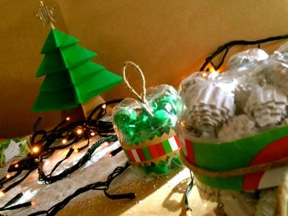per un Natale eco coi fiocchi: le palline sono realizzate con le bottiglie di plastica (le basi)...il resto è solo carta!